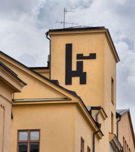 Ett torn i Knäppingsborg med kvarterets logotyp